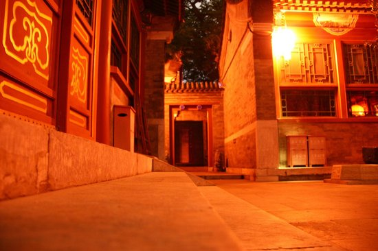 Fly by Knight Courtyard Beijing: 夜晚的《夜奔.北京》別有一番風味