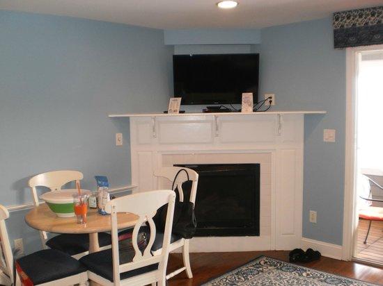 Edgewater Beach Resort: nice fireplace