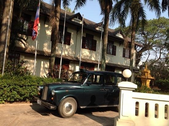 Settha Palace Hotel: the London taxi outside the hotel