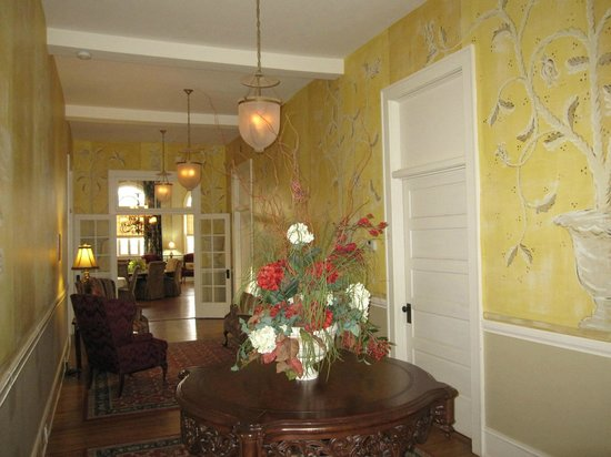 The Firehouse Inn: Hallway leading from rooms to lounge area