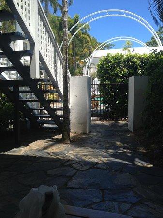 Reef House Restaurant: giardino stanza