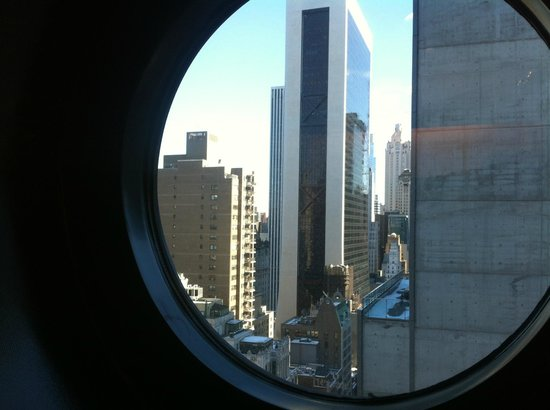 Viceroy Central Park New York: Very Cool Porthole Window in Shower