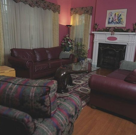 Morehead Manor Bed and Breakfast: Preston's Parlor