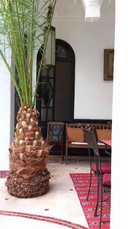 Riad Fabiola: cour petit dej