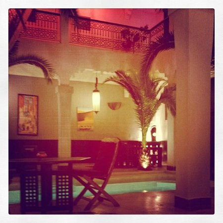 Riad Fabiola: hall en lumière le soir