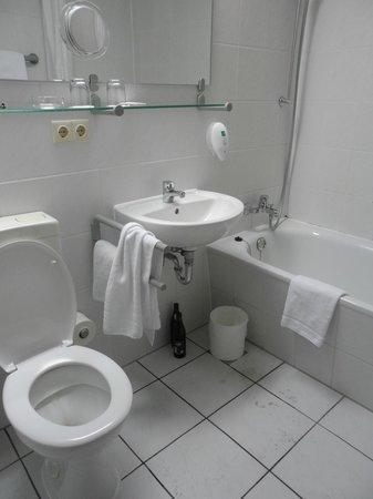 City Hotel Berlin East: El baño bastante amplio