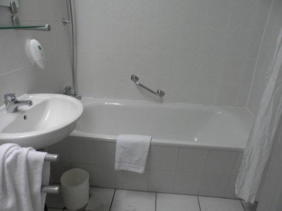 City Hotel Berlin East: El baño