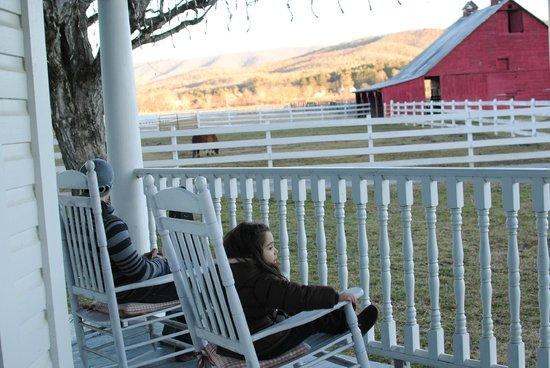 The Inn at Mountain Quest: wrap around porch =)