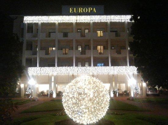 Hotel Europa Terme: Facciata hotel con addobbi natalizi