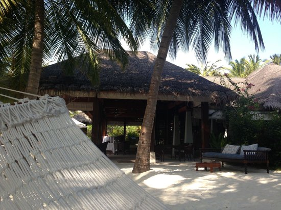 Naladhu Private Island Maldives: Зона релакса у ресторана
