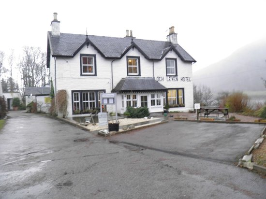 The Loch Leven Hotel : View of hotel from carpark