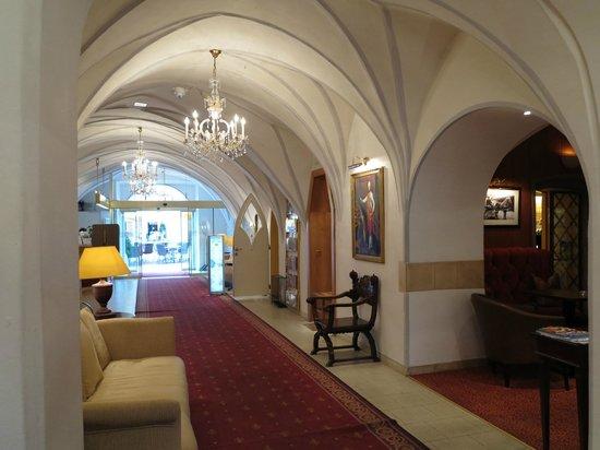 Romantik Hotel Post: 飯店大廳的走廊,後面是庭園
