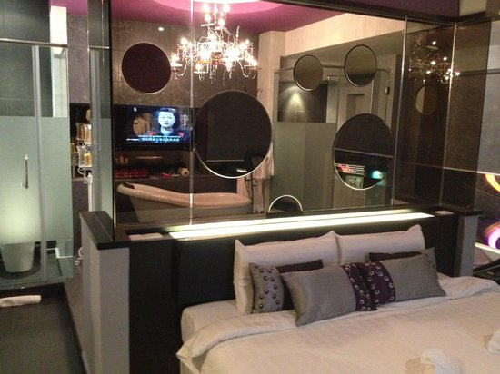 โรงแรมบลิสบูทีค: a see through of bathtub
