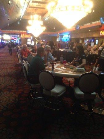 Hooters Casino Hotel : Casino met Hooters Girls