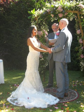 L'Abbaye Chateau De Camon: Getting married in the garden