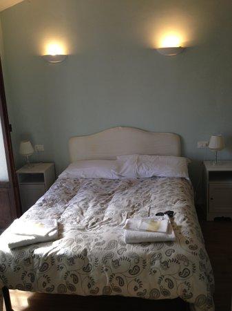 Hotel Joli: Кровать в номере
