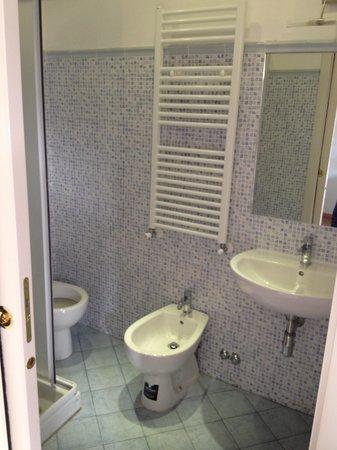 Hotel Joli: Ванная