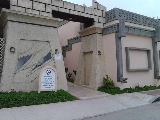 Estero Beach Hotel & Resort : Entrada a habitaciones y zona de alberca