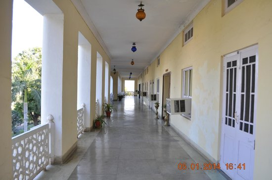 Hotel Anand Bhawan: First floor common area in front of rooms