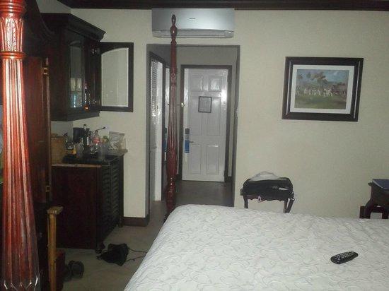 Sandals Inn : bed to door
