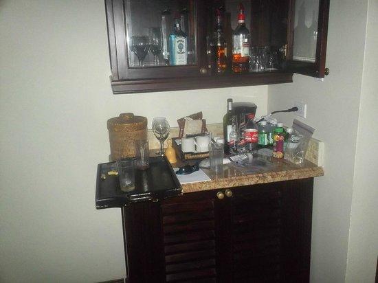 Sandals Inn : mini bar in butler room