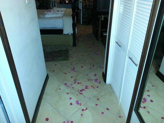 Sandals Inn : flower petals everywhere!