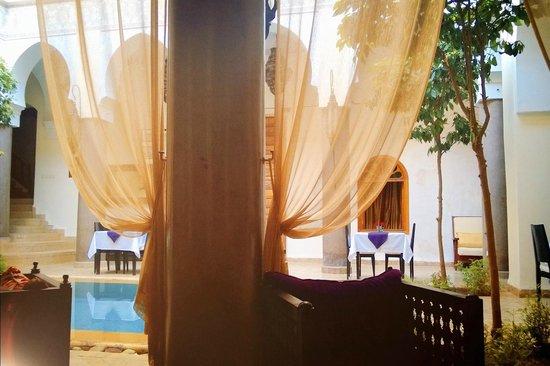 Palais Riad Calipau Marrakech: patio vu du salon