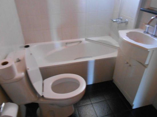 Apart Hotel Del Tilo : Baño arriba