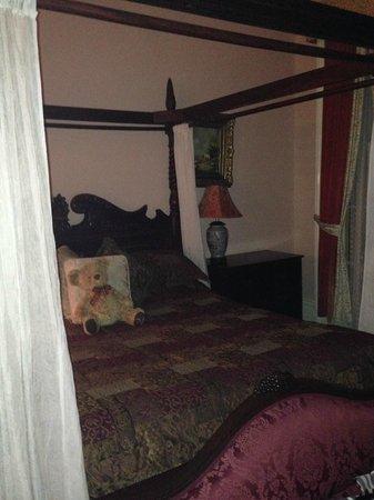 Olivier House Hotel: Honeymoon Suite Bed