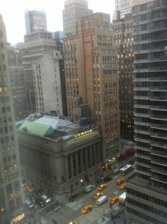 Hilton Garden Inn New York/West 35th Street: Daytime view of 6th avenue from my room