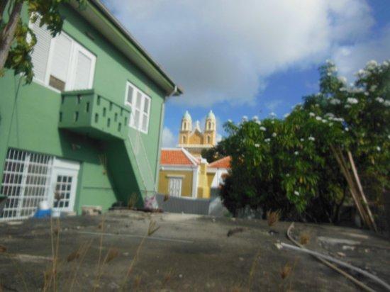 Poppy Hostel Curacao: Blick auf Nachbargelände und Kirche