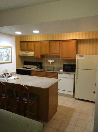 Hawthorn Suites by Wyndham Troy MI : Kitchen