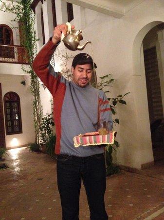 Riad Sable Chaud: Mohammed serving tea