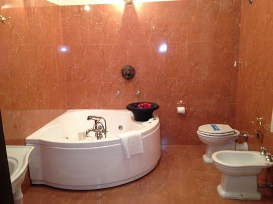 Hotel Portici: two person bath/jacuzzi... Fun for alll ages....!,,