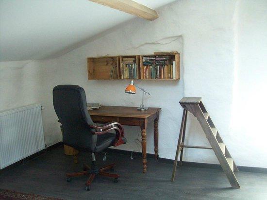 Ponet-et-Saint-Auban, France : bureau dans une chambre