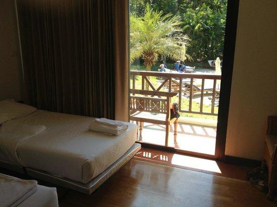 Chang Buri Resort and Spa: Rum med vy mot poolen