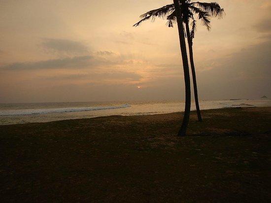 Villa Tissa Beach Resort: Sunsets on the green at Gurubebila
