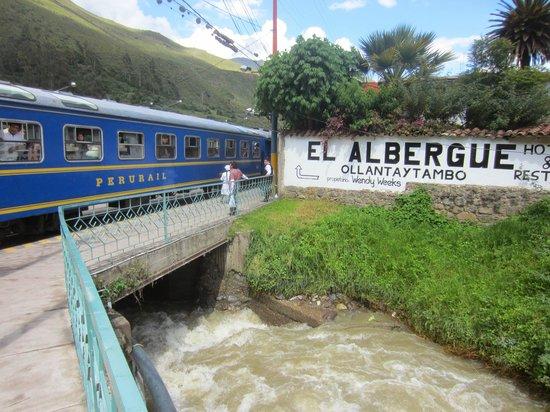 El Albergue Ollantaytambo: Right next to the train!