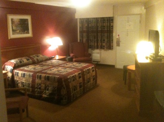 Port Augusta Inn and Suites: My HUGE room.