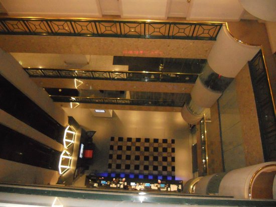 Stamford Plaza Melbourne: Taken from the 5th floor looking down to the lobby