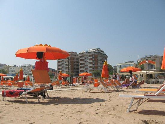 Oxford Hotel Rimini: Пляж, прикрепленный к отелю