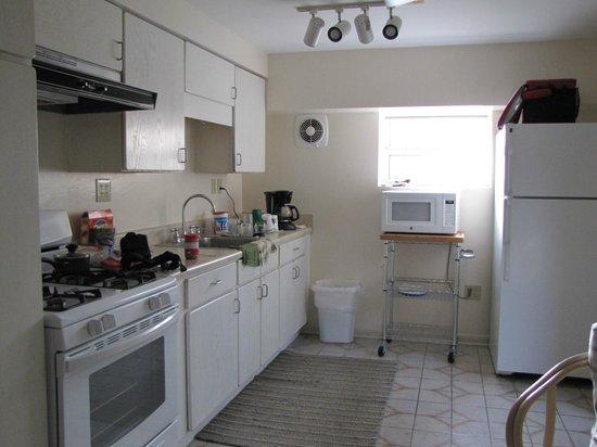 El Patio Motel: kitchen in studio