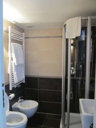 Hotel Torino: Bagno moderno e pulito