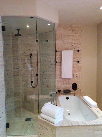 Park Hyatt Milan : Italian limestone in the bathroom.