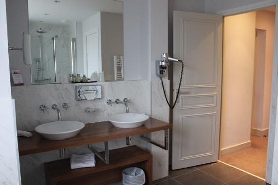 Clarion Hotel Chateau Belmont : Lavabos Salle de bain