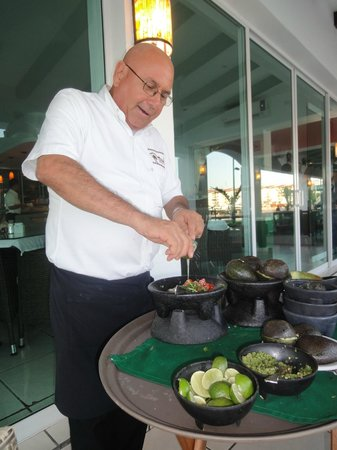 Bachas Restaurant: preparing homemade guacamole at your table!!