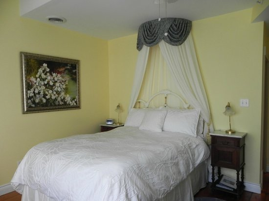 Brockamour Manor Bed and Breakfast: Sister Isabella's Suite