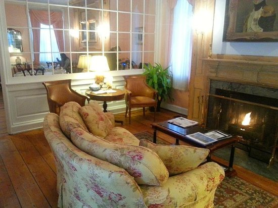 Morris House Hotel : Sitting room with original fireplace