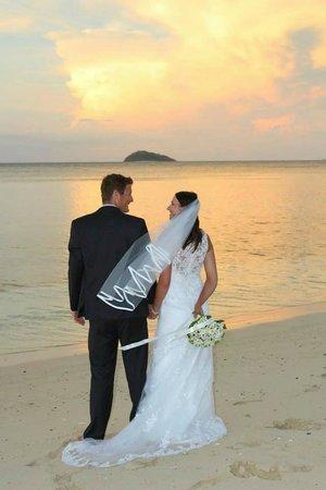 Mana Island Resort: Sunset Wedding Pic's