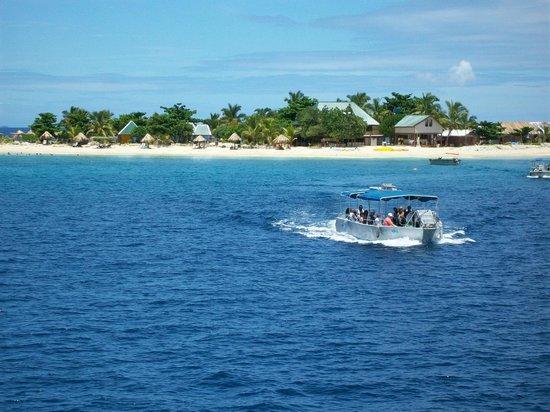 Mana Island Resort: Island's we passed traveling to Mana.
